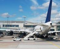 Avión de pasajeros en el aeropuerto Imagenes de archivo