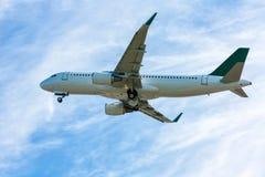 Avión de pasajeros en el aire Foto de archivo libre de regalías