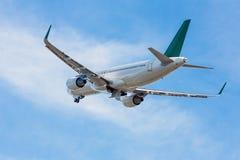 Avión de pasajeros en el aire Fotos de archivo