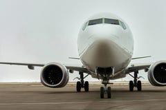 Avión de pasajeros en el estacionamiento del aeropuerto foto de archivo libre de regalías