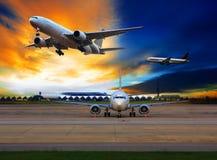 Avión de pasajeros en el uso del aeropuerto internacional para el transporte aéreo a Fotografía de archivo libre de regalías
