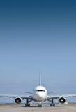 Avión de pasajeros en pista Fotografía de archivo libre de regalías