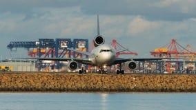Avión de pasajeros en pista en vista delantera Fotos de archivo