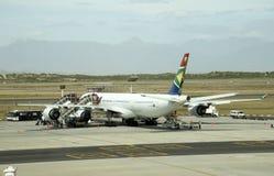 Avión de pasajeros en un aeropuerto imagenes de archivo