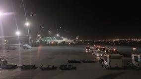 Avión de pasajeros en un aeropuerto almacen de metraje de vídeo
