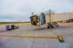 Avión de pasajeros estacionado en el aeropuerto Foto de archivo