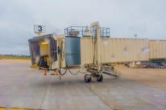Avión de pasajeros estacionado en el aeropuerto Imagen de archivo libre de regalías