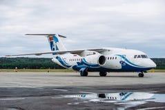 Avión de pasajeros grande en la pista de rodaje en el aeropuerto fotografía de archivo libre de regalías