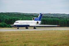 Avión de pasajeros grande en la pista de rodaje en el aeropuerto imagen de archivo libre de regalías