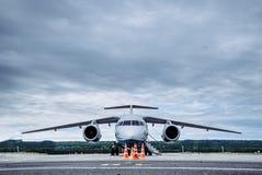 Avión de pasajeros grande en la pista de rodaje en el aeropuerto fotografía de archivo