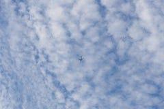 Avión de pasajeros moderno en un fondo del cielo Fotografía de archivo