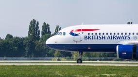 Avión de pasajeros por la opinión del primer de British Airways fotos de archivo
