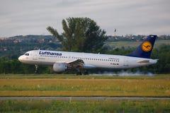 Avión de pasajeros que aterriza Imagen de archivo