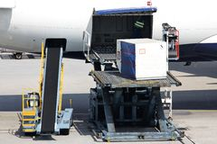 Avión de pasajeros que es cargado Fotografía de archivo