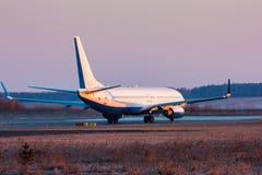 Avión de pasajeros que lleva en taxi en la pista Imagen de archivo libre de regalías