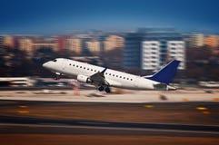 Avión de pasajeros que saca del aeropuerto - falta de definición de movimiento Imagen de archivo libre de regalías