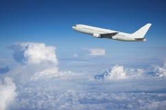 Avión de pasajeros que sube sobre el cl Imagen de archivo libre de regalías
