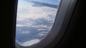 Avión de pasajeros que vuela arriba Persona que dice adiós a la patria, rasgones sobre el vidrio metrajes