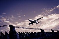 Avión de pasajeros y cerca de perímetro del aeropuerto Fotos de archivo libres de regalías
