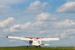 Avión de propulsor Yak-12A en el aeródromo Imagen de archivo libre de regalías