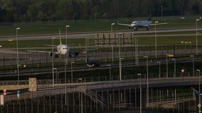 Avión de reacción de AirBaltic en el aeropuerto de Munich, MUC almacen de video