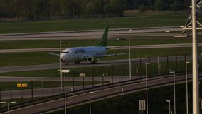 Avión de reacción de AirBaltic en el aeropuerto de Munich, MUC almacen de metraje de vídeo