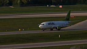 Avión de reacción de AirBaltic que lleva en taxi en el aeropuerto de Munich, MUC almacen de video