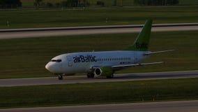 Avión de reacción de AirBaltic que lleva en taxi en el aeropuerto de Munich, MUC