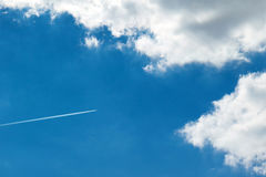 Avión de reacción alto en las nubes Imágenes de archivo libres de regalías
