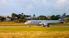 Avión de reacción comercial alrededor a sacar alrededor de puesta del sol en Barbados Foto de archivo libre de regalías