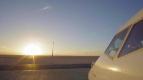 Avión de reacción en pista del aeropuerto como silueta delante de la puesta del sol grande 4K UltraHD metrajes