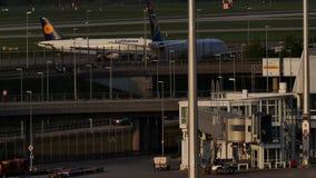 Avión de reacción de Lufthansa que lleva en taxi en el aeropuerto de Munich, MUC metrajes