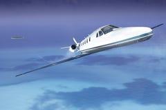 Avión de reacción privada en el cielo que saca de la isla Imágenes de archivo libres de regalías