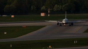 Avión de reacción que lleva en taxi en el aeropuerto de Munich, MUC