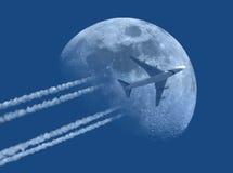 Avión de reacción y la luna Foto de archivo libre de regalías