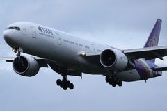 Avión de Thai Airways International que saca de aeropuerto imagenes de archivo