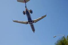 Avión de United Airlines en un cielo Foto de archivo