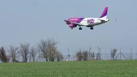 Avión de Wizzair que se acerca a la pista, aterrizando almacen de video