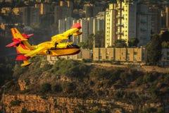 Avión del bombero en el cielo Fotos de archivo