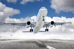 Avión del despegue en aeropuerto Fotos de archivo libres de regalías