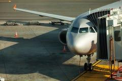 Avión del embarque Aeroplano en la puerta en aeropuerto Fotografía de archivo