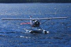 Avión del flotador en agua azul del océano imagenes de archivo