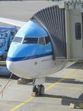 Avión del LM que es cargado en el aeropuerto de Schiphol Fotos de archivo