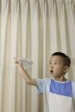 Avión del papel del juego del muchacho Fotografía de archivo libre de regalías