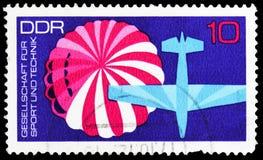 Avión del paracaídas, asociación para el serie del deporte y de la tecnología, circa 1972 imagen de archivo