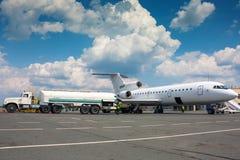 Avión del reaprovisionamiento en un aeropuerto Fotografía de archivo