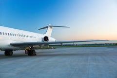 Avión en el aeropuerto Foto de archivo libre de regalías