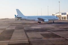 Avión en el aeropuerto Fotografía de archivo libre de regalías