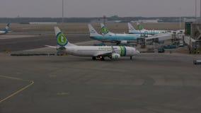 Avión en el aeropuerto de Amsterdam Schiphol almacen de metraje de vídeo