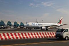 Avión en el aeropuerto de Dubai Fotos de archivo